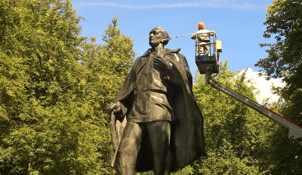 Акция по чистке памятника Янки Купалы