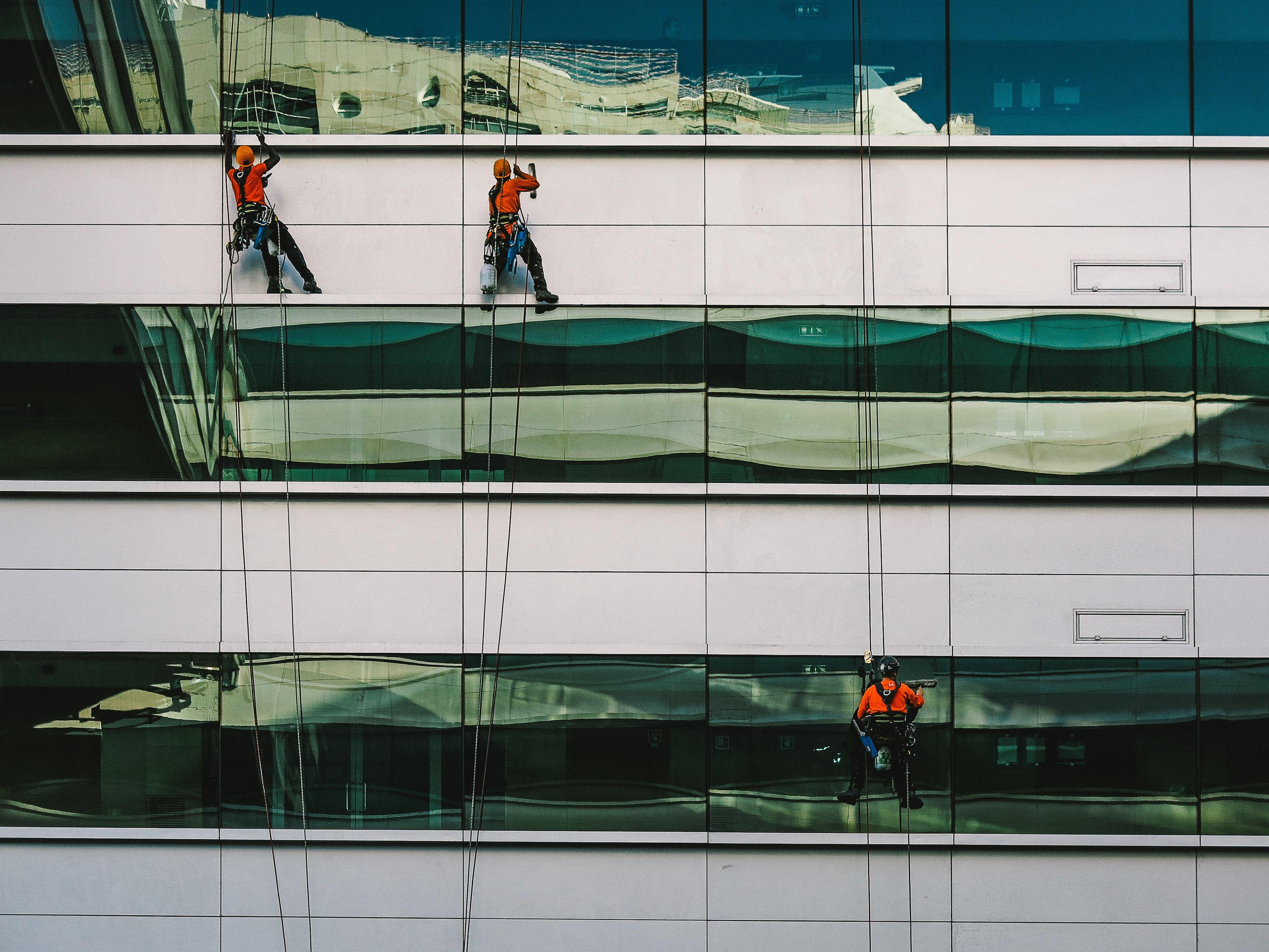 Работы по мойке окон и фасадов на высоте